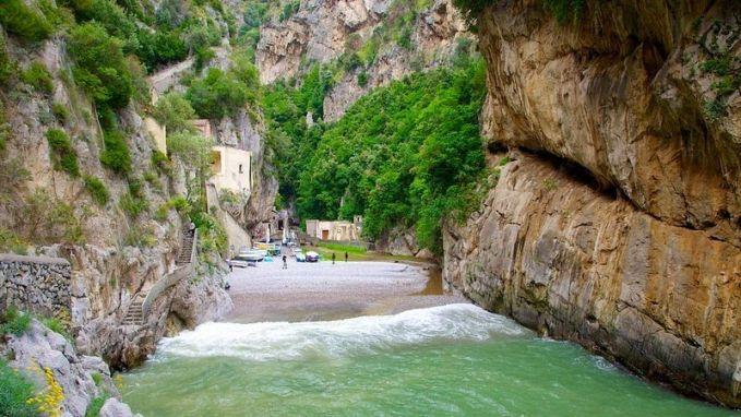 Desa Furore di Italia seolah memiliki gerbang sebuah tebing tinggi di bibir pantai pulsker. Dijamin deh kalau kesini gak pengen cepat pulang.