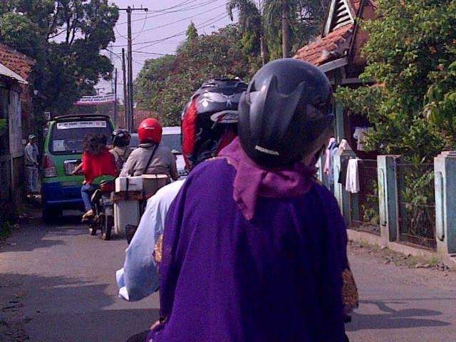 Lagi-lagi helm kebalik menjadi tren di kalangan ibu-ibu ya pulsker?. Si ibu ini pun gak ketinggalan masang helm kebalik kayak gitu.
