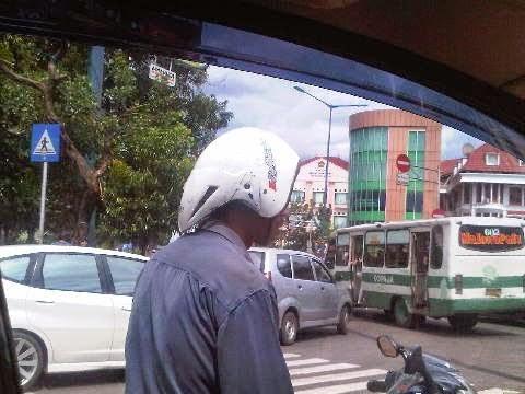 Nah lo, helm kebalik juga bukan cuma tren ibu-ibu saja lho. Mas satu ini ikut-ikutan pakai gaya helm terbalik yang lagi tren pulsker. Gak habis pikir ya sama orang-orang ini. Helm yang harusnya jadi pelindung kepala saat naik motor di jalan malah dipakai seenaknya. Jangan ditiru ya pulsker, pakailah helm dengan baik dan benar buat keselamatan diri kita sendiri. (Baca juga ratusan artikel menarik lainnya di http://www.pulsk.com/u/242329).