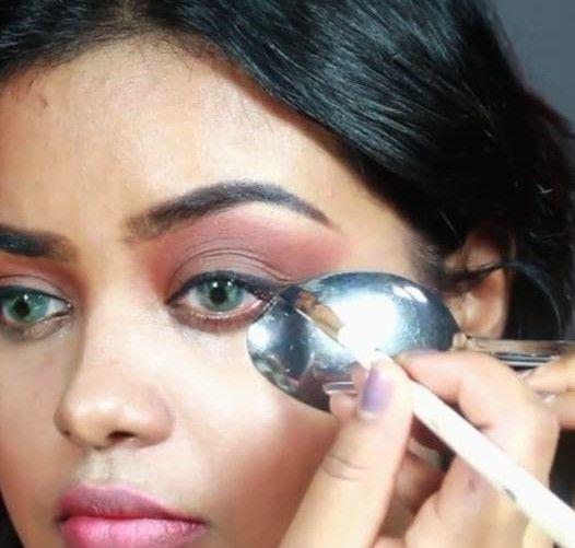 Sendok juga memiliki banyak fungsi untuk membantu kita dalam bermakeup seperti membuat eyeliner.