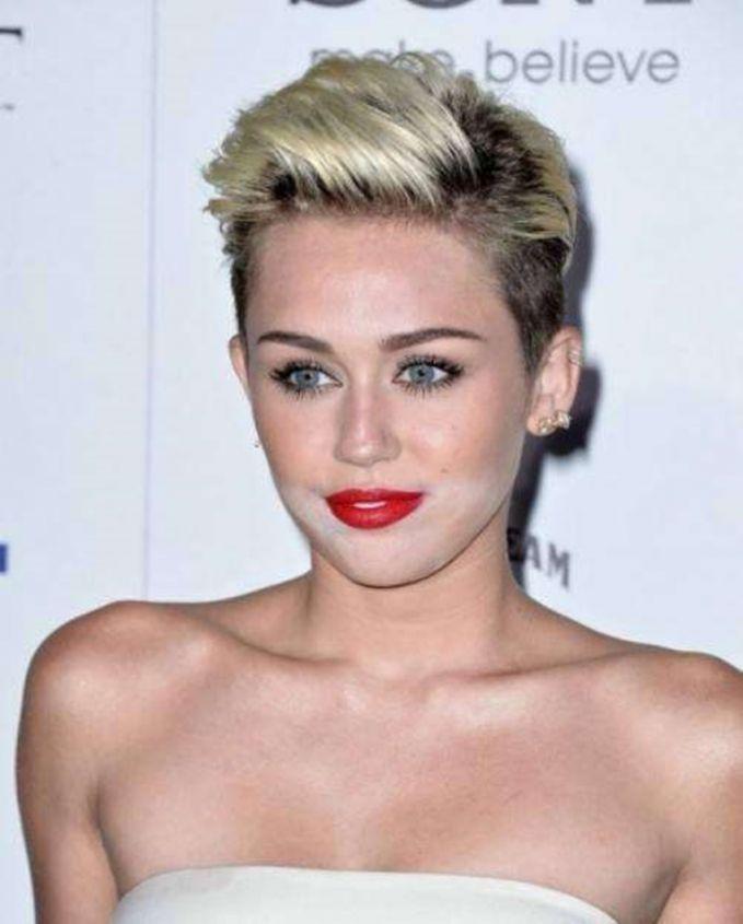 Miley Cyrus Makeup putih pada wajah Miley Cyrus ini malah membuatnya seperti makan makanan yang belepotan.