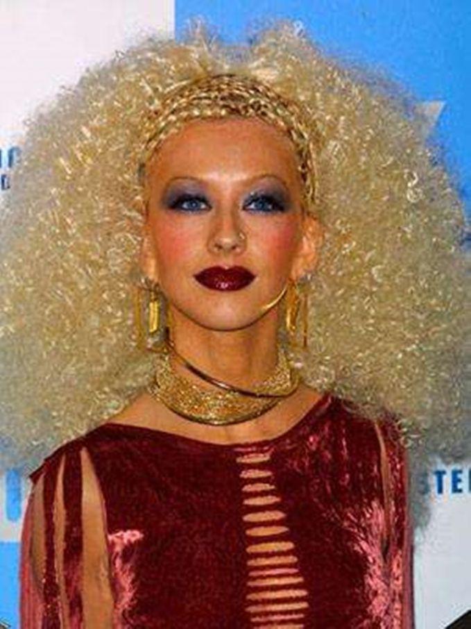 Christina Aguilera Tatanan rambut keriting dan makeup yang berlebihan malah membuat wajah X-tina menjadi seperti Barbie yang sedang sakit.