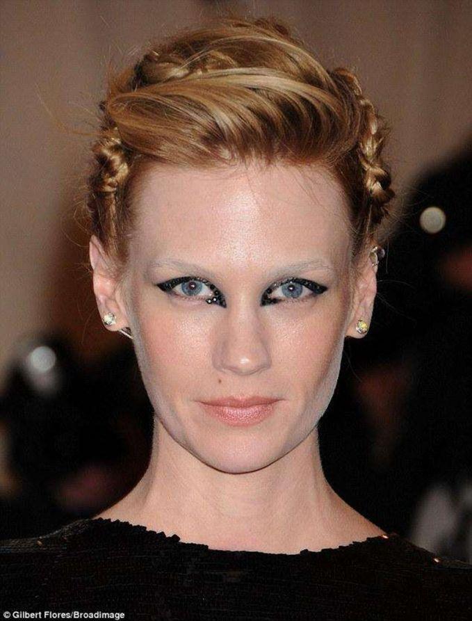 January Jones Nggak ada yang salah sih dengan makeupnya, tapi rasanya makeup ini nggak cocok dengan wajah January Jones.