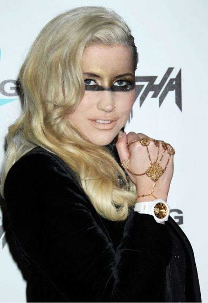 Kesha Duh, itu makeup mata kenapa jadi kaya gitu ya?? Kesha jadi gagal cantik deh.