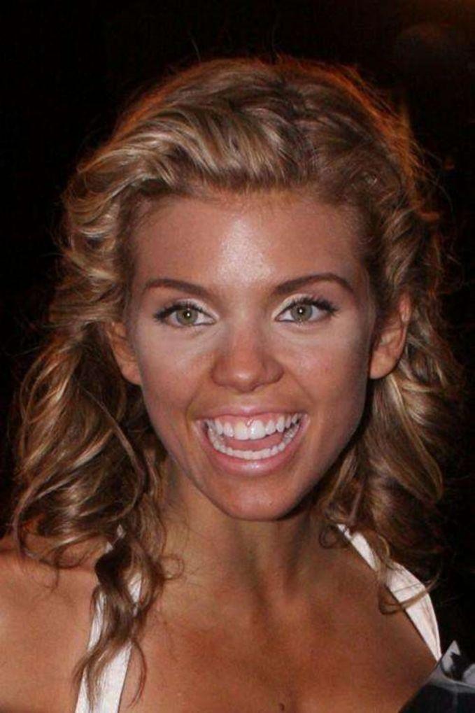 AnnaLynne McCord Makeup ini membuat AnnaLynne McCord terlihat sangat mengerikan, apalagi senyumnya.. :D