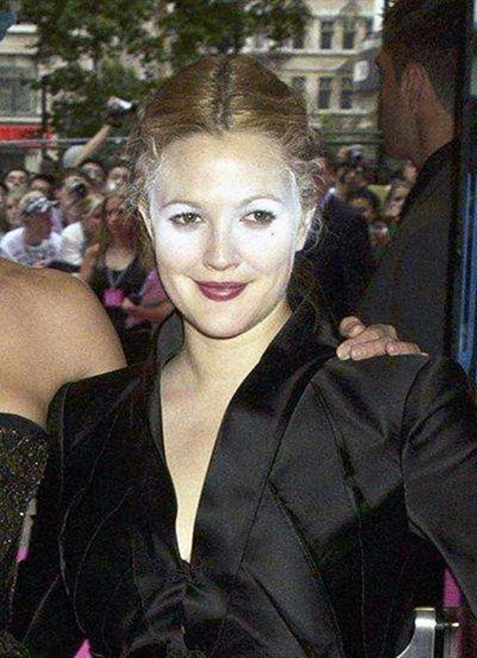 Drew Barrymore Duh bedaknya salah satu anggota Charlies Angel ini kenapa kaya gini?