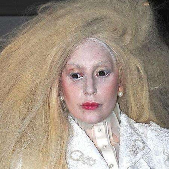 Lady Gaga Lady Gaga memang terkenal dengan dandanannya yang nyentrik, tapi kalau yang ini gimana menurutmu Pulsker?