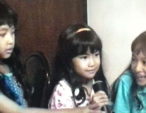Begitupun dengan Anissa, waktu kecil udah megang microphone buat belajar nyanyi. Dan sekarang, impiannya jadi kenyataan deh pulsker.