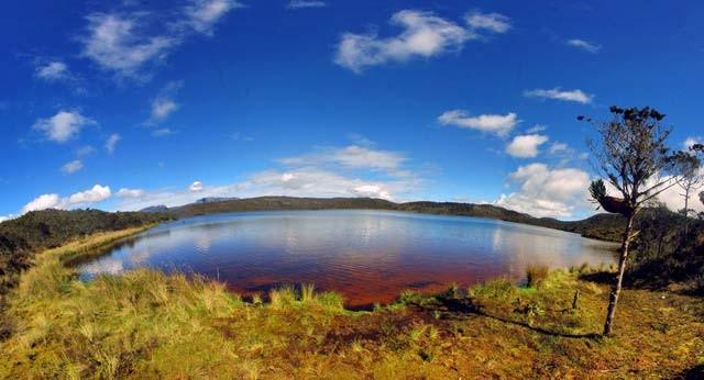 Di ujung timur Indonesia, tepatnya di pegunungan Trikora, Jayawijaya, Papua ada danau indah bernama Habema. Letak danau ini berada pada ketinggian 3.321 mdpl pulsker. Buat informasi aja nih, suhu disana kadang bisa mencapai 4 derajat celcius lho. Siapin baju tebal kalau kesana ya.