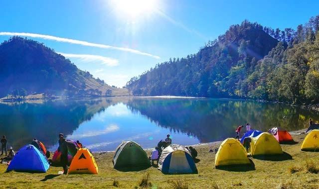 Kalau kata para pendaki, Ranu Kumbolo dijuluki surga yang tersembunyi di balik megahnya puncak para dewa. Letaknya berada di ketinggian 2.469 mdpl ini cocok buat menghabiskan malam di Gunung Semeru, Taman Nasional Bromo Tengger Semeru.