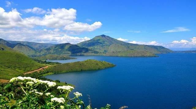 Eksotisme Papua memang gak ada matinya pulsker. Keindahan Papua salah satunya adalah Danau Tage ini nih yang berada di ketinggian 1.192 mdpl. Letaknya berada 5 kilometer dari ibukota Paniai, Madi. Gak cuma disitu aja pulsker. Disekitar Tage ini ada danau lainnya yang gak kalah seru seperti danau Paniai dan danau Tigi.