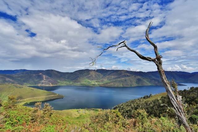 Next, ada danau Anggi Gita yang masih sangat alami. Untuk kesana saja butuh perjuangan lho pulsker, karena belum ada jalanan bagus. Letaknya berada di ketinggian 1.953 mdpl di pegunungan Arfak. Kalau jalan kaki butuh waktu 5-6 jam. Danau lain sekitar Arfak adalah Danau Anggi Ginji yang gak kalah keren nih.