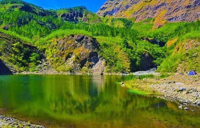 Pernah dengar nama Gunung Bawakaraeng?. Gunung ini ada di Gowa, Makassar pulsker. Tahun 2004 lalu gunung ini longsor. Positifnya, muncul Danau Tanralili ini di ketinggian 1.454 mdpl. Kalau pas ke Makassar, boleh nih camping disini.