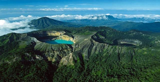 Terakhir, ada danau Kelimutu yang punya tiga warna pulsker yakni merah, biru, dan hijau. Uniknya, warna air disana akan berubah seiring waktu. Danau ini ada di Gunung Berapi Kelimutu, Flores dengan ketinggian 1.639 mdpl. Kalian belum ke Flores rasanya kalau belum kesini pulsker. Nah, itu dia danau-danau indah diatas gunung di Indonesia pulsker. Jangan lupa ya masukin danau-danau ini di list liburan kamu. (Baca juga ratusan artikel menarik lainnya di http://www.pulsk.com/u/242329).