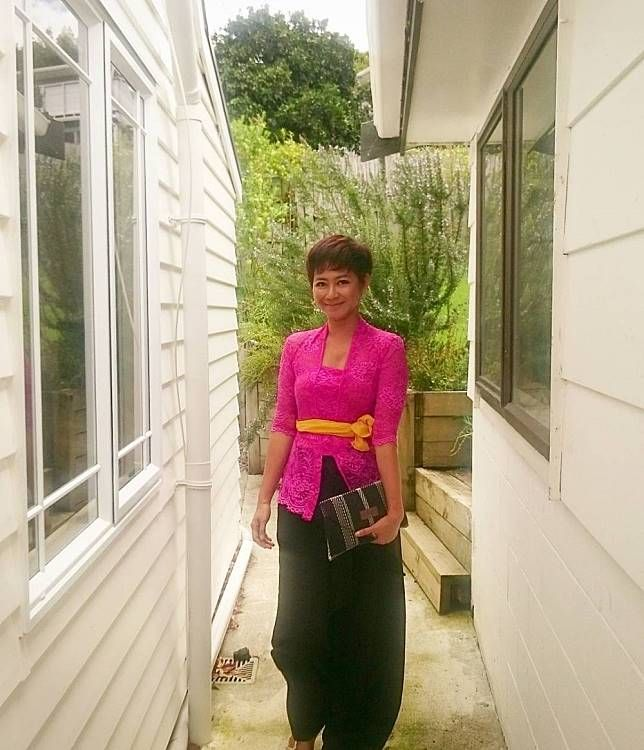 Riyanni Djangkaru Sama seperti Median, Riyanni Djangkaru juga salah satu presenter jejak petualang. Saat mengenakan kebaya model Bali dibawah ini, kesan tomboynya mendadak hilang kan?! Cantik..
