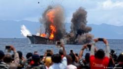 14 Foto Paling Epik Detik-Detik Penenggelaman Kapal Asing Ilegal Oleh Ibu Susi dan Jajarannya