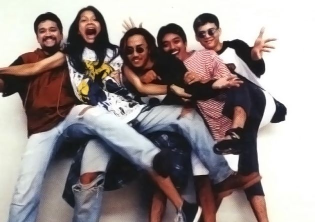 Ini foto band Gigi pas kang Armand Maulana masih gondrong dulu pulsker. Formasinya pun masih lengkap tuh. Ada Baron (paling kiri) dan Ronald (paling kanan).