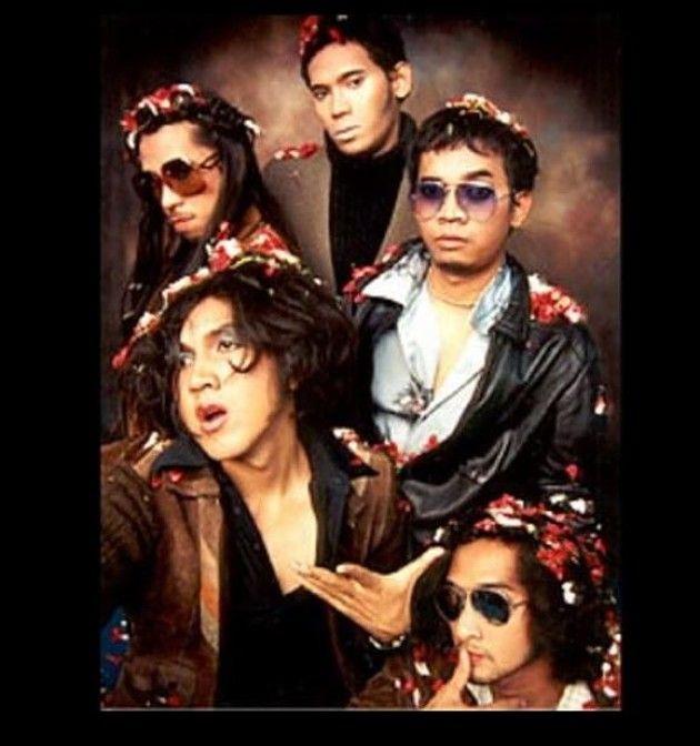 Naif dikenal dengan band yang mengusung konsep retro di blantika musik tanah air. Begini nih penampilan mereka dulu dan posisi keyboardis masih digawangi oleh Chandra (dua dari kanan).