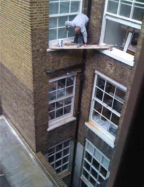 Kalau tadi AC, yang ini adalah pria yang mengecat jendela digedung tinggi tanpa alat pengamanan. Semoga kayunya kuat dan nggak rapuh deh!