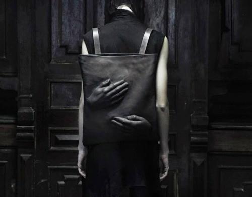 Creepy Hand Backpack Tas ini memiliki warna hitam keseluruhan dan memasang 2 tangan 3-dimensi menjadikan tas punggung ini menjadi lebih seram, Tas satu ini adalah bagian dari proyek dari Konstantin Kofta yang lagi-lagi berbasis di Ukraina. Kalau yang ini nggak apa-apa lah ya punya satu..hehe