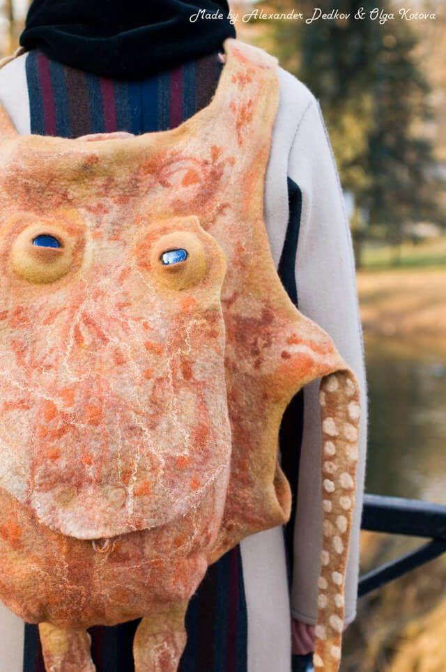 Octopus Backpack Kamu pasti pernah melihat desain tas anak kecil dengan model hewan seperti anjing atau kucing kan? Beda lagi dengan desainer satu ini Pulsker, ia menjadikan gurita sebagai model tas punggungnya. Hasilnya pun sang gurita tampak menyeramkan dengan tentakel yang menjulur panjang.