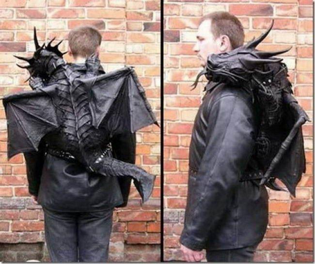Black Dragon Backpack Tas ini memiliki desain seekor hewan naga hitam yang menyeramkan. Tas yang terakhir ini juga dirancang oleh sebuah workshop asal Ukraina bernama Bob Bassets Lair. Tak diberitahu berapa uang yang harus kamu keluarkan untuk mendapatkan tas satu ini.