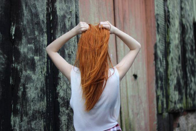 Kalau lagi iseng, kamu bakal garu-garuk kepala atau menyisirnya dengan jari lalu menciumnya. Apalagi kalau rambut serasa berminyak atau belum keramas, seperti ada kepuasaan tersendiri gitu.