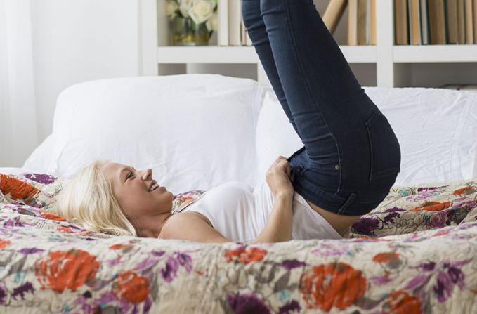 Ngomongnya sih mau diet, tapi saat memakai legging atau skinny jeans yang penuh perjuangan, serasa ada kepauasan tersendiri yang dirasakan cewek.