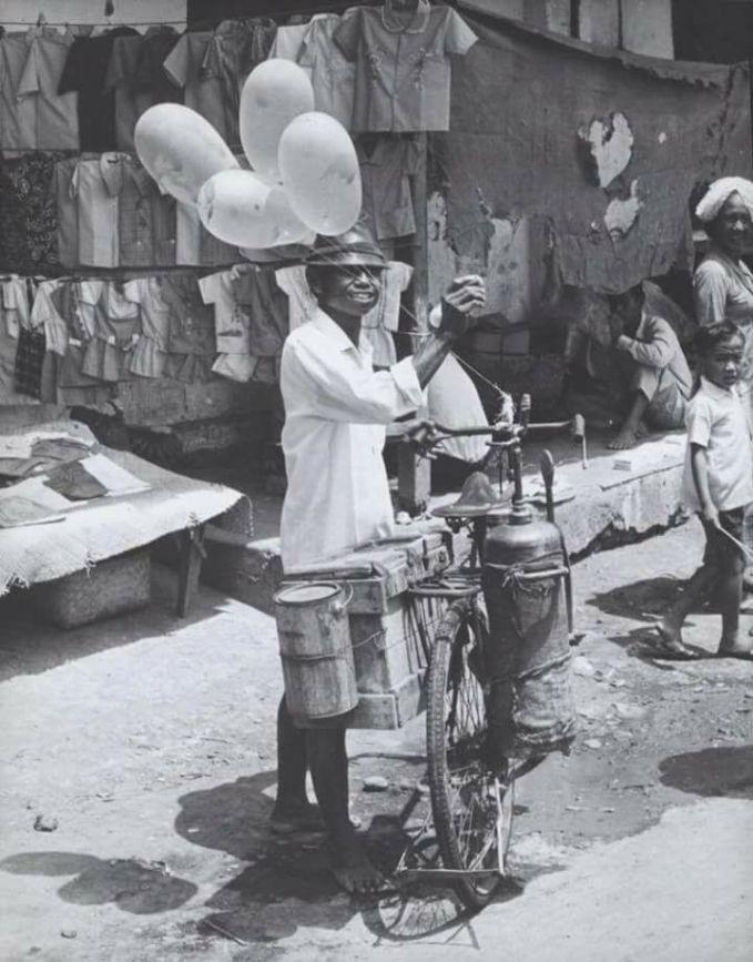 Bukan cuma itu aja, ternyata pedagang balon dan arum manis juga merupakan bisnis yang sudah dijalani mulai jaman dulu.