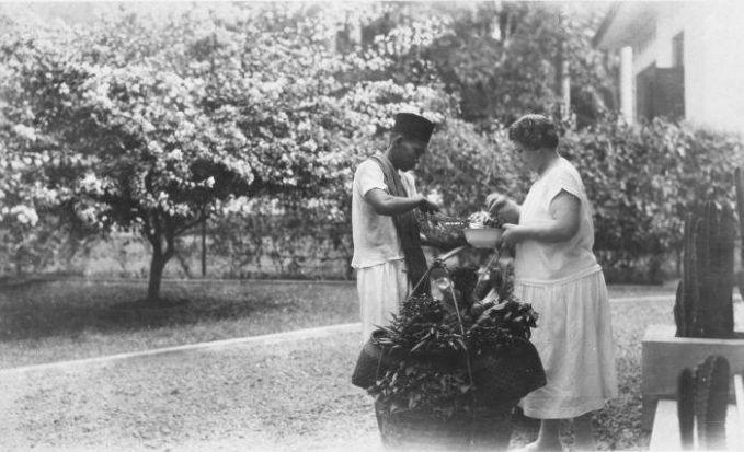 Dan ternyata nih, noni Belanda jaman dulu suka membeli makanan tradisional Indonesia jaman dulu lho. Foto ini contohnya.