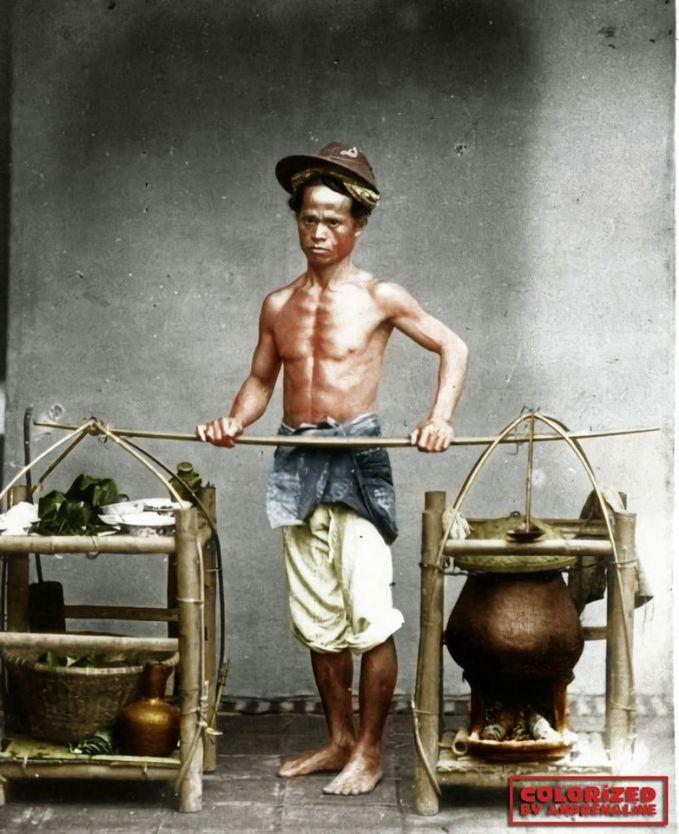 Ini adalah potret seorang bapak yang menjual soto pikulan..Heemmm, kebayang deh lezatnya.