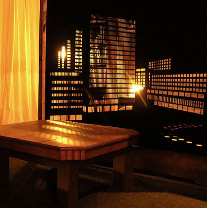 Apalagi kalau ruangannya remang-remang seperti ini nih. Pantulan cahaya lampunya membuat makin keren dan menghadirkan suasana romantis.
