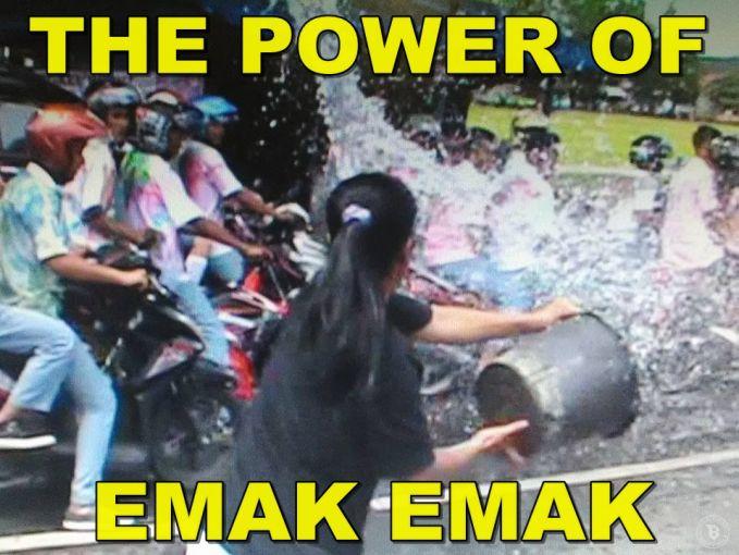 The power of emak-emak..Aksi emak-emak membubarkan ratusan pelajar di Kota Madiun, Jawa Timur yang sedang berkonvoi dengan cara menyiram air saat lewat di depan warungnya.