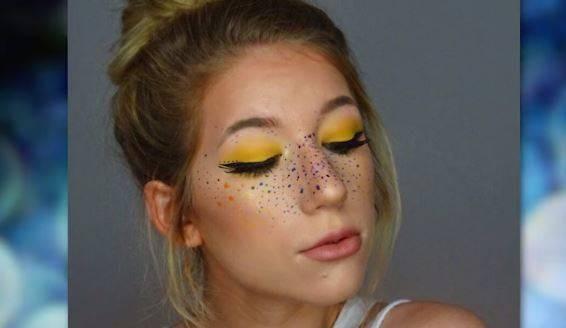 Freckles biasanya bewarna cokelat, tapi kali ini ada inovasi berbeda yaitu warna pelangi yang dibuat dengan menggunakan eyeshadow warna warni membuat wajahmu terlihat colorful