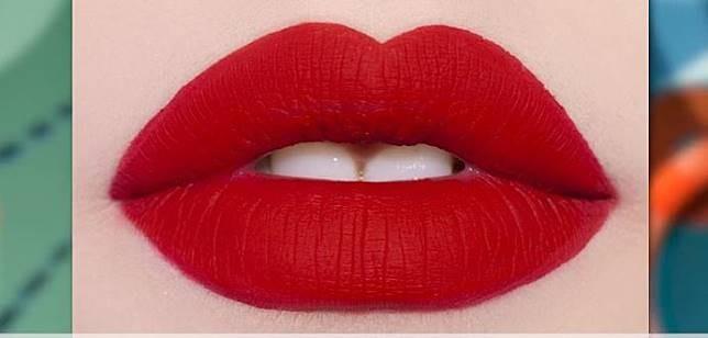 Super matte lipstik dengan warna ngejreng juga masih hits di 2017.