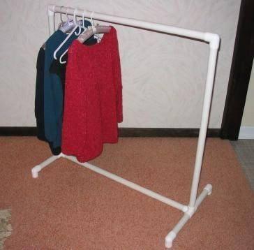 Gantungan baju yang simpel, mudah, dan murah ya ini contohnya pulsker. Yang penting fungsional kan?.