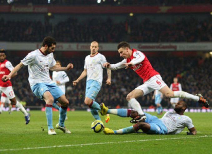 Biasanya dalam pertandingan sepakbola kadang kita sering melihat aksi-aksi penuh emosi para pemain. Sekecil apapun itu, kalau di pertandingan besar seperti Liga Inggris bakalan ketahuan pulsker. Karena ada kamera tuh di sekeliling stadion.