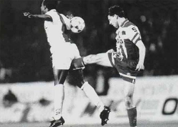 Tindakan-tindakan kurang sportif ternyata sudah ada sejak dulu pulsker. Foto ini memperlihatkan seorang pemain sepakbola yang berusaha menghentikan lawannya dengan cara yang tidak patut ditiru.