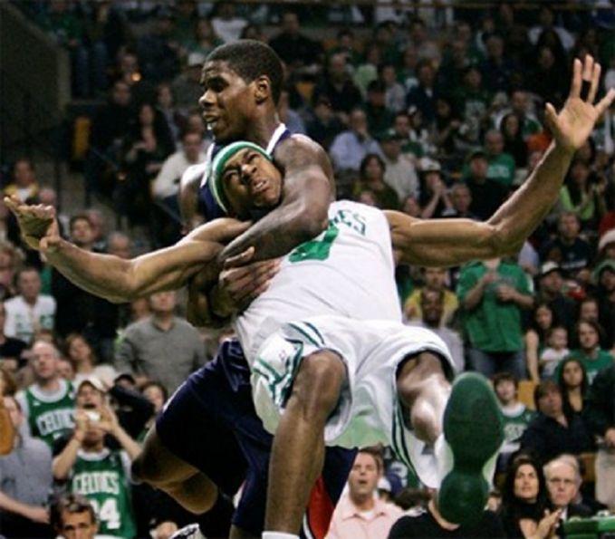 Pun begitu dengan di pertandingan basket. Sama dengan sepakbola, kadangkala pemain terpancing emosi ketika di lapangan. Sampai-sampai lawan mau dibanting kayak gini.