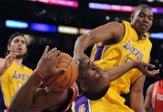 Duh, ini malah hampir dicekik pulsker pemain lawannya. Mau main basket atau Smack Down nih jadinya?.