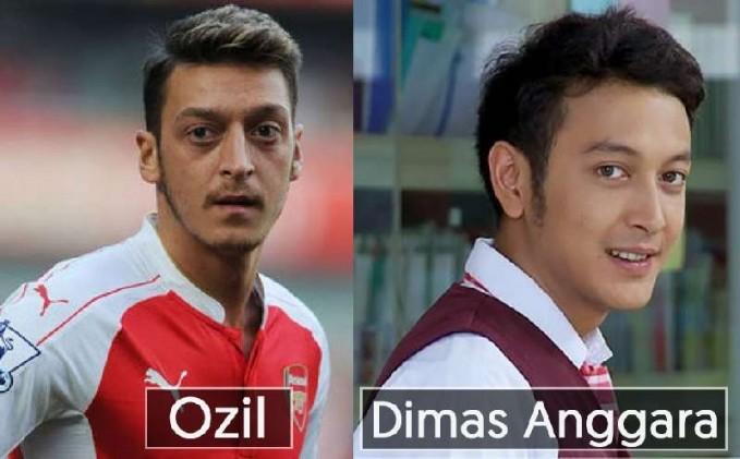 Dilihat dari mata, wajah, dan rambut artis ganteng Dimas Anggara terlihat sangat mirip dengan pemain sepak bola yang bernama Ozil dari Jerman.