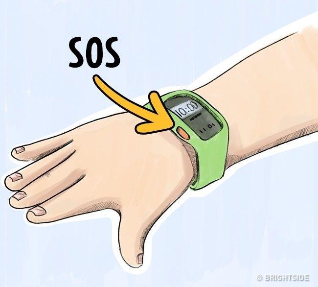 Memakai jam tangan darurat! Gadget dengan tombol darurat datang dalam bentuk jam tangan, gantungan kunci, gelang, atau medali. Dengan menggunakan aplikasi mobile khusus, orang tua dapat terus mengawasi lokasi anak mereka. Dan jika anak menekan tombolnya, sinyal tersebut diterima oleh orang tua atau polisi.