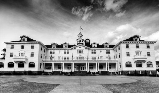 Terakhir, Stanley Hotel di Estes Park, Colorado. Menurut pengakuan orang yang pernah kesana dan penerawangan paranormal disini sering berseliweran hantu dari pendiri hotel dan istrinya. Selain itu juga ada beberpa karyawan yang meninggal dan menjadi gentayangan disana. Hii, serem banget ya?. Berani nih tidur disana dengan tenang pulsker?. (Baca juga ratusan artikel menarik lainnya di http://www.pulsk.com/u/242329 )