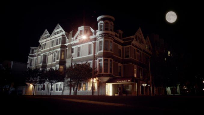 California punya hotel berhantu pulsker, yakni di Queen Anne Hotel, San Francisco. Disini ada sosok hantu yang mencoba meyakinkan para pengunjung jika disini adalah hotel terbaik pulsker. Tapi sayang, saat kalian menyadari itu adalah suara hantu.