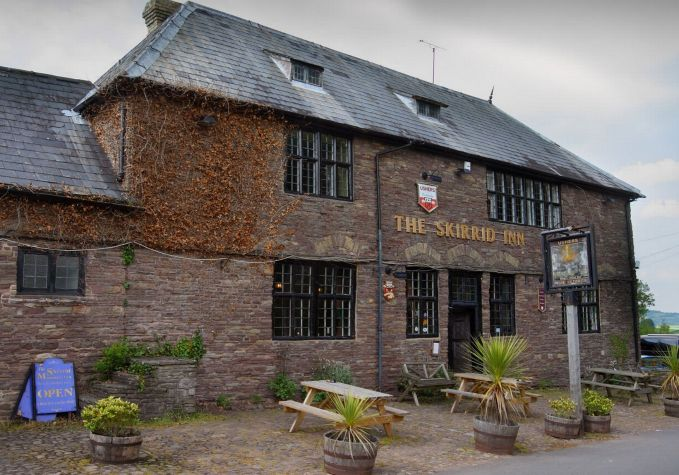 Sementara itu di Wales ada Skirrid Mountain Monmouthshire yang terkenal angker pulsker. Konon disini dulunya adalah tempat untuk mengeksekusi para tahanan yang menjalani hukuman mati dengan cara digantung.