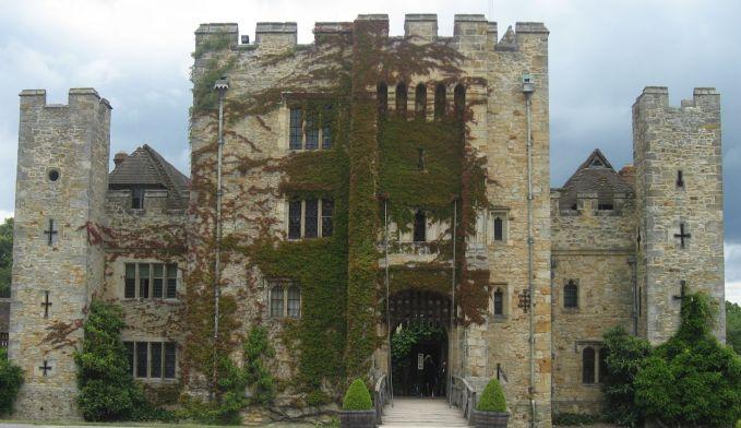 Hotel Hever Castle yang menjadi saksi bisu pembunuhan Anne Boleyn, sang ratu. Disini sering ada penampakan sosok hantu-hantu yang mati mengenaskan pulsker.