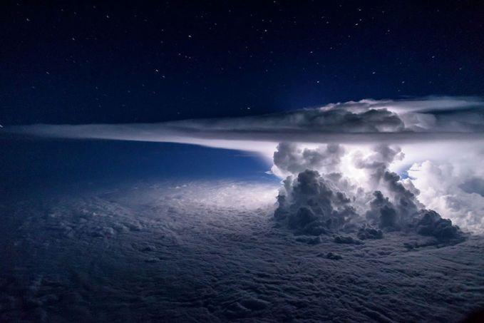 Gumpalan awan kumulunimbus tertangkap kamera diatas samudera Pasifik pulsker. Foto ini diambil dari ketinggian 37.000 kaki saat pesawat hendak menuju Amerika Selatan.