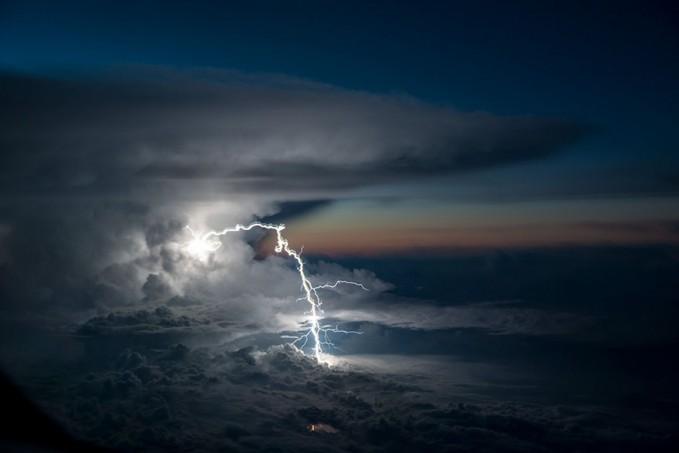 Padahal jaraknya tak terlalu jauh lho pulsker, pasti rasanya merinding banget pas naik pesawat tiba-tiba ada kilatan petir dilihat dari jendela. Bagi pilot sih ini sudah biasa.