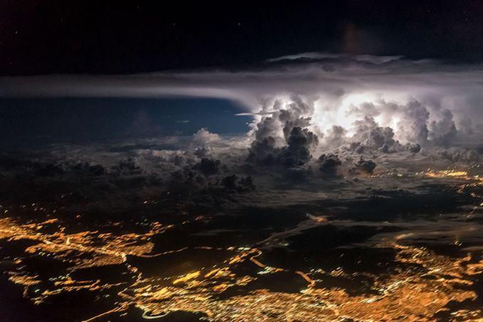 Awan kelam diatas langit Panama City bergerak dan akan bertransformasi menjadi badai dengan kekuatan yang besar dan menerjang apa saja.