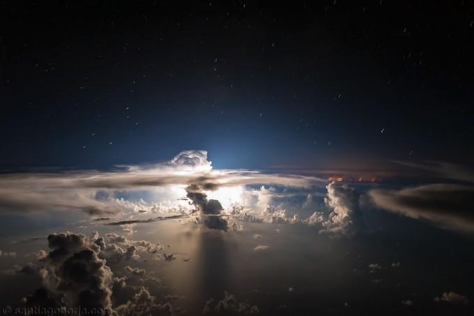 Pemandangan langka ini cuma bisa ditemukan diatas langit samudera Atlantik pulsker. Sinar bulan yang tertutup awan nampak berkilau secara sempurna.